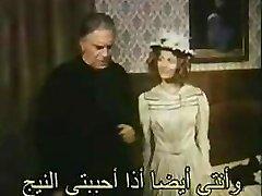 Nabaga sievietes krūtis kindles hung up Arābu puisis seksuālo vēlmi