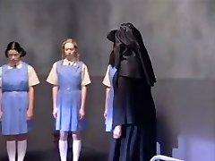 一群青少年的辣妹在奇怪的青少年色情