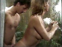 Classique gros seins porno reine suce une énorme bite dans la douche, puis la baise