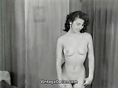 Nuogas Brunetė Erzina su Tobula Kūno (1950 Vintage)