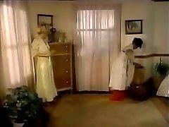 Saldkaisls saimniece pavedina, kalpone un liek viņai laizīt kājstarpi