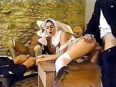 肮脏的警察捣毁的具有私密的事情的性感的修女