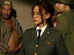 角质的囚犯敲打他们的女看守
