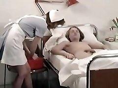 klasiskās medicīnas māsa un laimīgs pusaudžu zēns