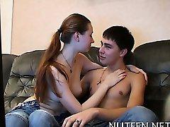 Ωραίος άντρας φιλάει τα χείλη του χαριτωμένο κορίτσι έφηβος