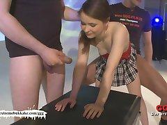 Lite Amatör tonåring försöker bukkake för första gången!