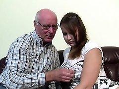 Opa Rudolf darf 18yr alten Teeny nach der Schule ficken
