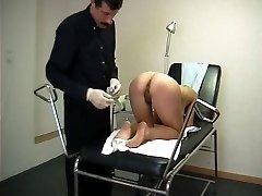Teini vierailee pervo gynekologi