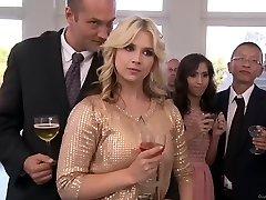 Abril O'Neil y Kagney Linn Karter - Seguro de Esto!