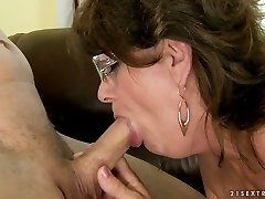Super-naughty granny takes it deepthroat and gulps cum