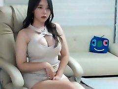 sexy chica asiática en rosa mini vestido