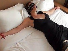 Offerte les yeux bandes a un inconnu dans un motel