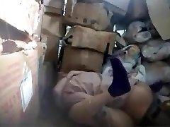 patron baise népalais travailleur dans la salle de magasin