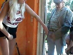 Belle platinum-blonde aux gros seins dans un gang-fuck avec papy