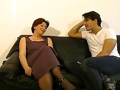Mature dame gets a seeing to