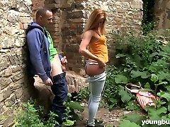 Tio se folla a traviesa sexy con grandes tetas Chrissy Fox en el viejo castillo