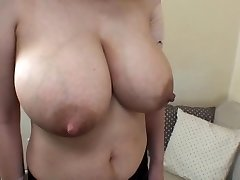 mujer de enormes tetas lactantes 1