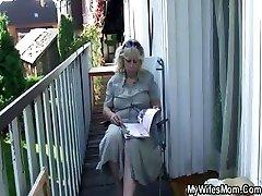 Mujer coge follando al aire libre