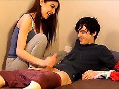 adolescente atrapado a su compañero de cuarto oliendo sus bragas
