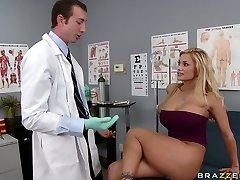 Busty blondi Shyla Stylez tekee hänen gynekologi nuolla hänen pillua