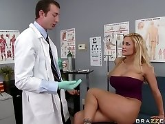 Busty blondin Shyla Stylez gör hennes gynekolog slicka hennes fitta