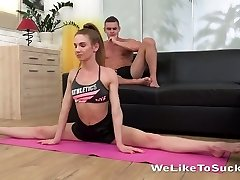 Tempting blonde Milissa Benz does the splits and gets her vagina tongued