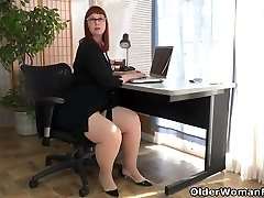 American cougar Scarlett spreads her thunder thighs