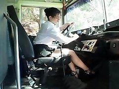 Sexy conductor de autobús seducir al niña de la escuela