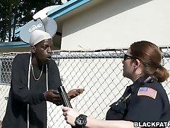 Dos putas oficiales de la policía de tomar ventaja sobre negro encubrimiento hechas