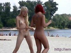 Az egyik legszebb lány a kedvenc nudista strand