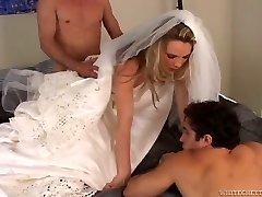 Increíblemente pervertido novia toma parte en un trío