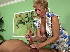 La abuela Tracy chupar y masturbación con la mano