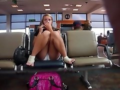Bodacious damsel's cameltoe got taped at the airport