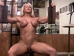 Musculosa pelada com clittie grande