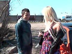Krásná blondýnka nahý na veřejnosti