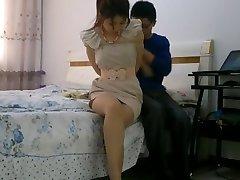 Chińska dziewczyna bondage związany i zakneblowany z pończochami