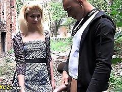 Vedle blondýna v anální veřejné kurva