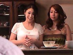 Nadšený japonský služka s obrovským prsa slyšení mistrů kurva