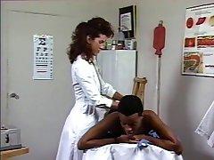 Zdravnik gets pohoten, da sesati velik ogromen črn kurac na postelji