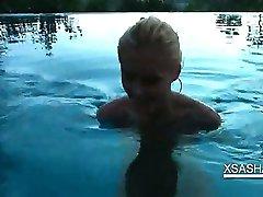 Świetna Sasha zaczęła mocno ssać jaja i kutasa w basenie