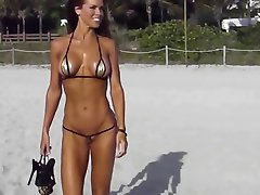 Extreme kratek bikini cameltoe string na plaži