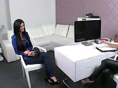 Brunette fingeres ja nuolee naispuolinen pomo office