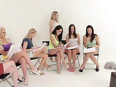 Ubrani uczniowie znęcają się nad nago modelki