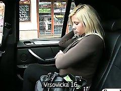 Amadora loira da buceta esguicha em um taxi quando o motorista fingerfucks sua