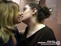 Divas apaļš amatieru lesbietēm sagatavot un kissing birojā