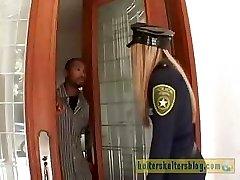 Loš krema-crni policijski službenik dobiva svoje seksi kazne