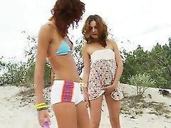 germanian nastolatki bawiące się na plaży