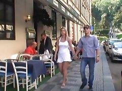 Njemački par igra jedni s drugima u javnim