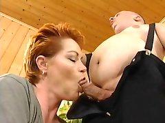 Redhead-Shorthair MILF fucked ar ģenerālis fon Midget