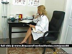 Busty blondynka lekarz w swoim gabinecie